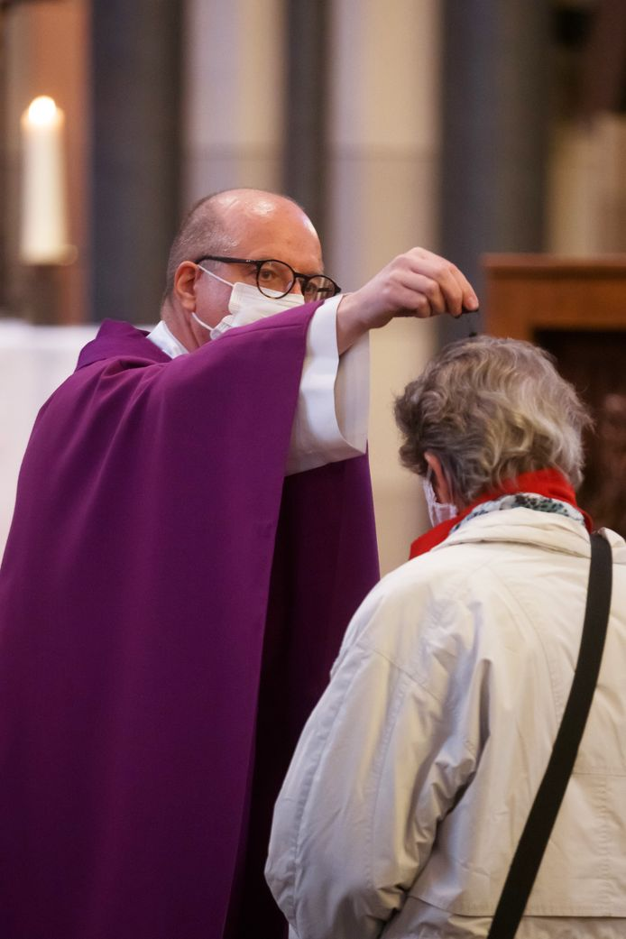 In de Petruskerk werden woensdagochtend vanwege corona geen askruisjes op het voorhoofd gezet, maar werd de as over de voorhoofden van de mensen uitgestrooid door pastor John van der Laer.