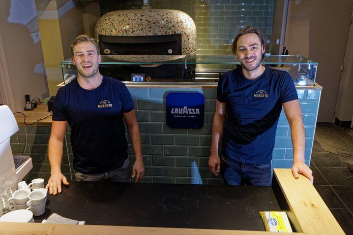 Broers Wouter en Mickel-Guy Marquart openen een pizzeria in de voormalige synagoge aan de Elfhuizen in Geertruidenberg.