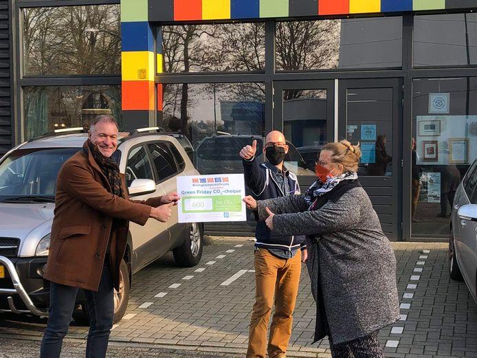 Wethouder Erik van Beurden van Leusden ontvangst de cheque met daarop het aantal bespaarde kilo's CO²-uitstoot.