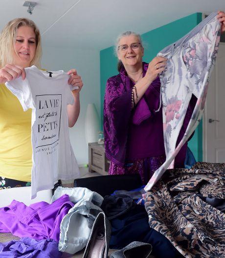 Elke keer een tas vol verrassingen bij deze kledingruilkring: 'O, dat nepslangenlerentasje!'