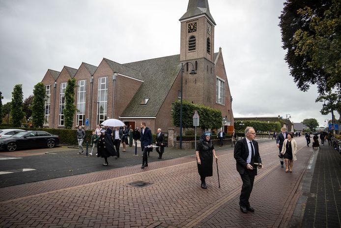 Drukte na de dienst op zondag 4 oktober in de Hersteld Hervormde Kerk in Staphorst.