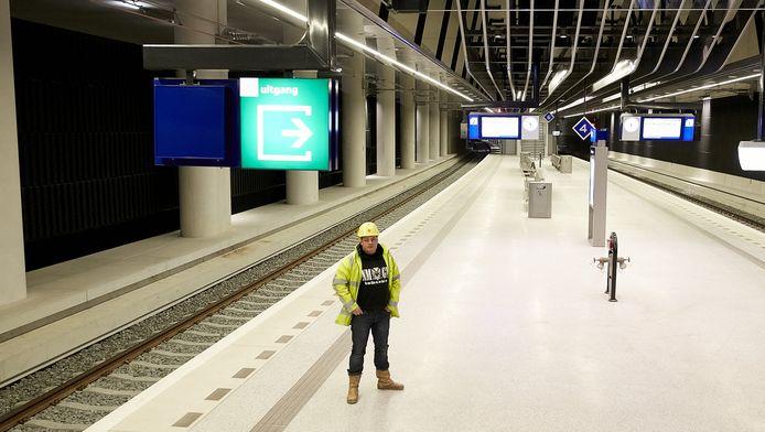 Een bouwmedewerker op het perron van het nieuwe ondergrondse station van Delft.