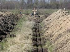 """Un maire fait creuser des tombes pour inciter au confinement: """"C'est une question de vie et de mort"""""""
