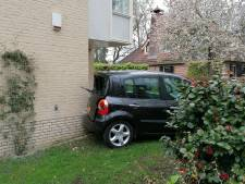 Vrouw rijdt met haar auto per ongeluk tegen woning