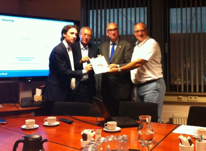 De overhandiging van het samenwerkingsplan. Vlnr Roeland Stolk en Henk Wesseling van Berenschot en de burgemeesters Albert van den Bosch en Henny van Kooten.