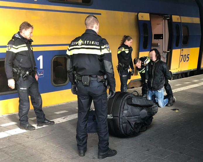 Arrestatie van de 23-jarige verdachte op het station van Eindhoven. Hij wordt verdacht van betrokkenheid bij de dood van Sarah Papenheim in een Rotterdams studentencomplex.