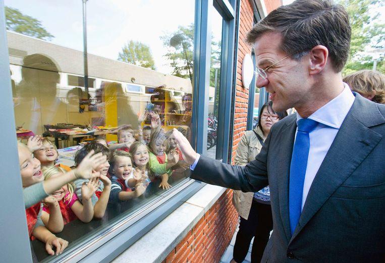Premier Mark Rutte bij een school nadat hij daar heeft gestemd.  Beeld Paul Vreeker/ Reuters