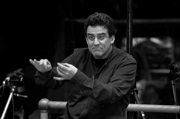Dirigent Dirk Brossé, normaal met gouden handen, gisteren met een maatstokje in de aanslag. Beeld kos