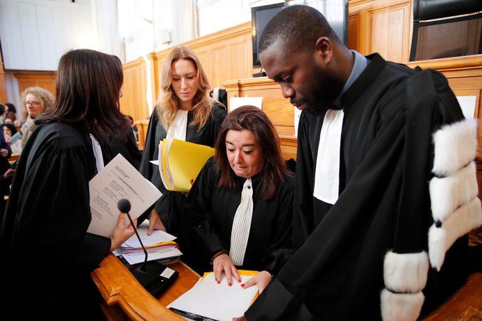 Les avocats français préparent leurs dossiers le jour de l'ouverture du procès du chirurgien français à la retraite Joël Le Scouarnec au tribunal de Saintes, dans l'ouest de la France, le vendredi 13 mars 2020.
