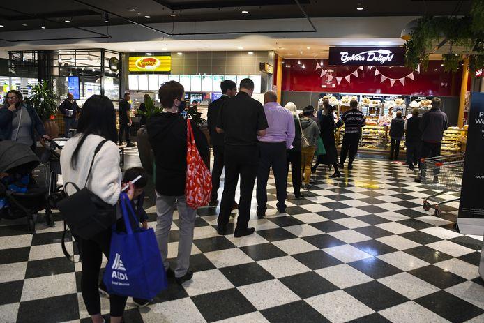 Na het aankondigen van de zevendaagse lockdown ontstonden lange wachtrijen in supermarkten en aan voedingswinkels in de Australische hoofdstad Canberra.