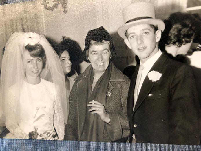 Peter Santcroos overleefde de oorlog als baby dankzij Pien Creutzberg (midden), hier te gast bij zijn huwelijk met Aliza Santcroos.