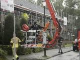 Verwarde vrouw gooit dakpannen naar brandweer