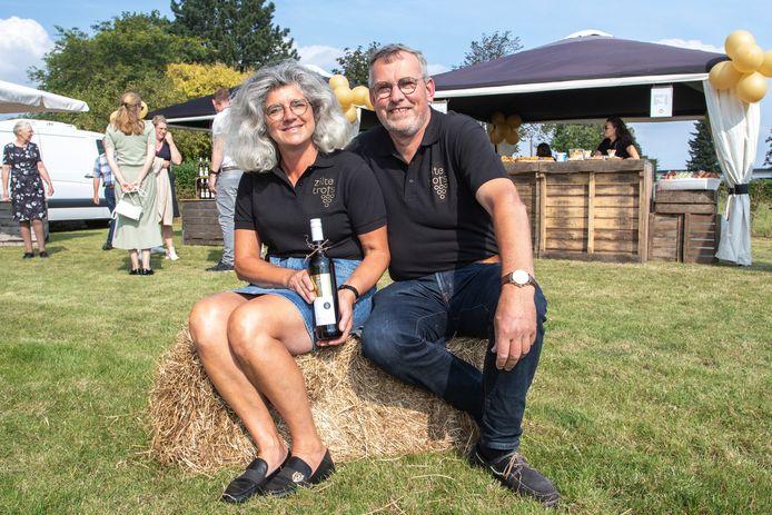 Simon en Joan Bruijnooge presenteren vol trots hun eerste flessen wijn.