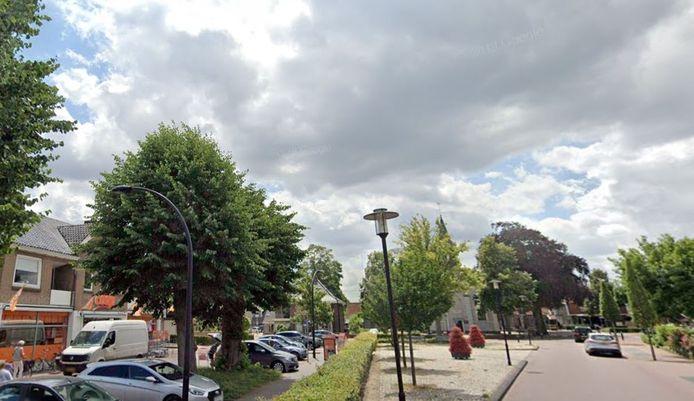 Ter hoogte van de parkeerplaats voor de Coop-supermarkt begint de herinrichting van de Dorpsstraat in Enter.