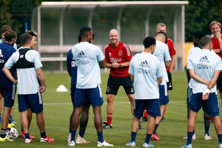 Dertien spelers en/of stafleden van Ajax raakten in juni besmet met het coronavirus.