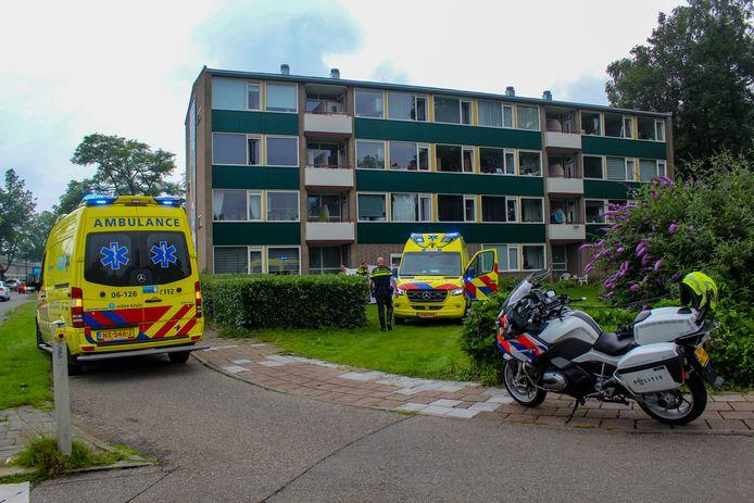 Bij een appartementencomplex aan de Edisonlaan in Apeldoorn is dinsdagmiddag een man van een balkon op de tweede etage naar beneden gevallen.