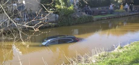 Oeps! Handrem vergeten, buurt loopt uit voor auto te water in Harderwijk