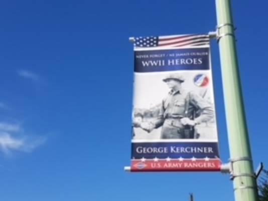In Normandië hangen overal vlaggen van gesneuvelde soldaten.