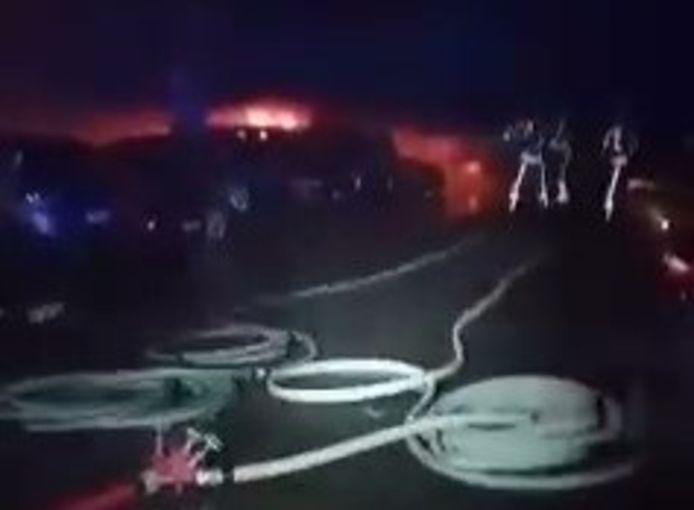 Screenshot uit het filmpje van de zware brand in de overdekte parking in de Normandlaan van donderdagnacht. Drie voertuigen brandden uit.