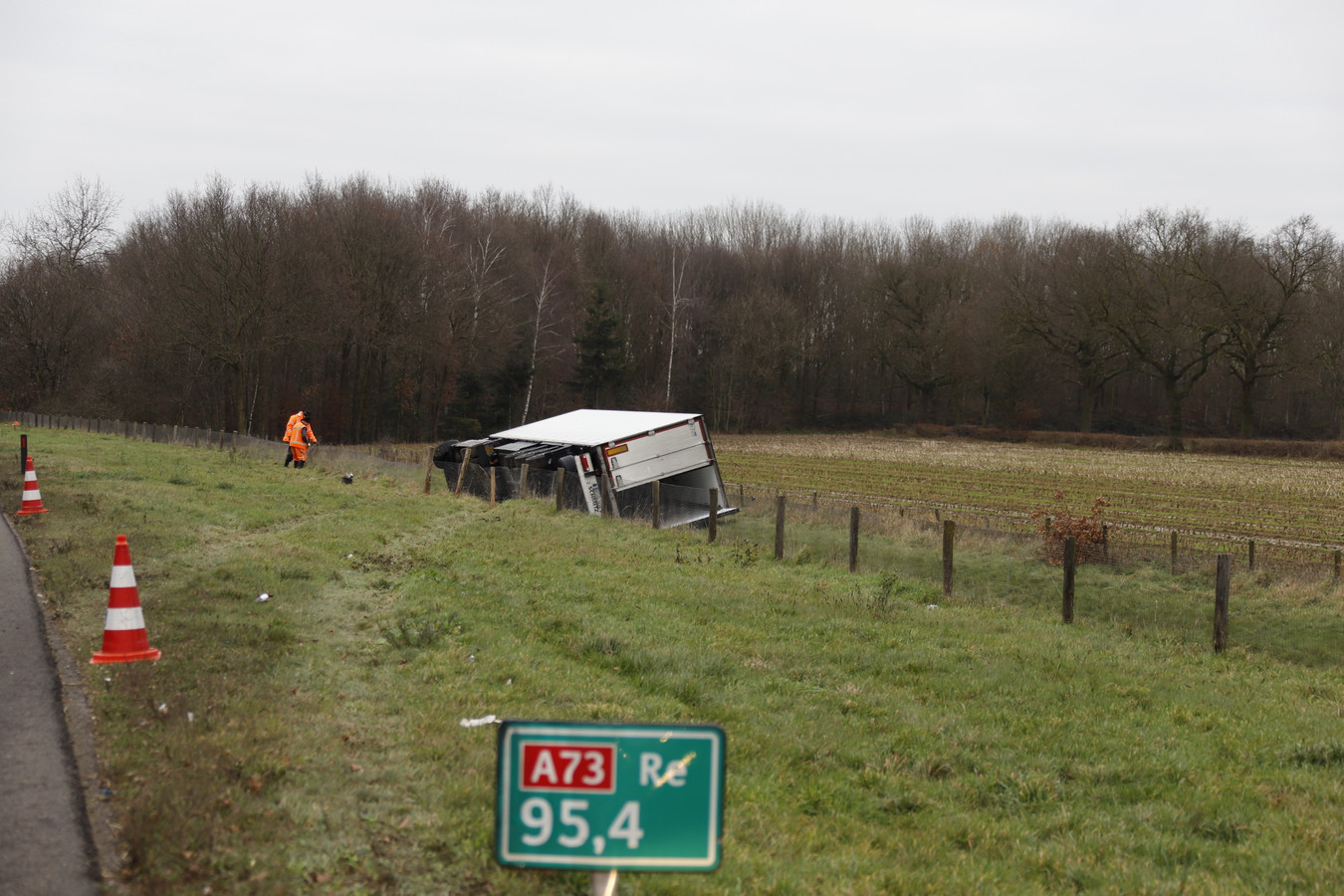 De gekantelde vrachtwagen langs de A73 tussen Malden en Nijmegen.
