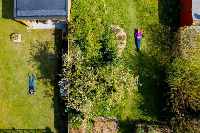 Links: Imgard op haar groene biljartlaken. Rechts: Stijn in zijn ecologische jungle