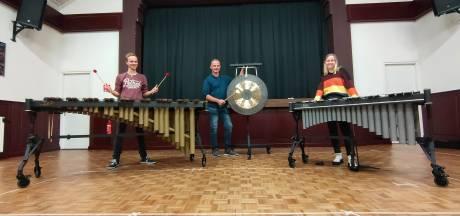 Drummers 't Semper Oldenzaal eindelijk weer aan de slag: 'Dolblij met nieuwe slagwerk'