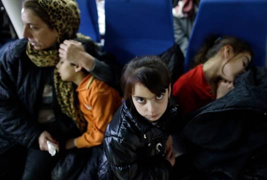 Een Yezidi-vrouw en haar kinderen op Malta, nadat ze van een vluchtelingenboot werden gered.