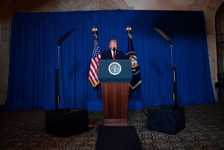 President Donald Trump geeft een verklaring nadat hij het bevel gaf voor een luchtaanval op een legerbasis in Syrië.   Beeld AFP
