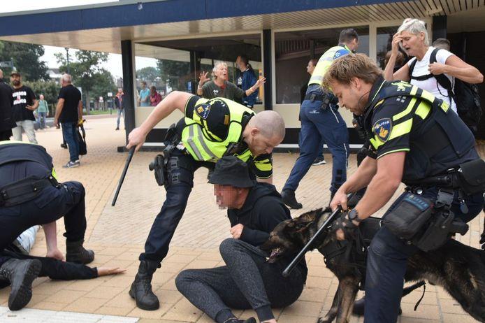 De politie greep zojuist in bij een coronademonstratie in Steenwijk.