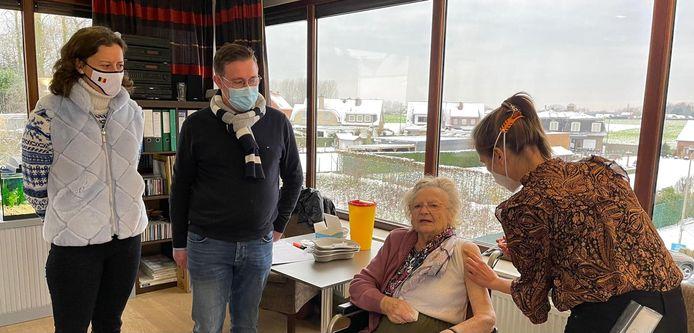 De bewoners van WZC Groendorp hebben hun  eerste vaccin gekregen.