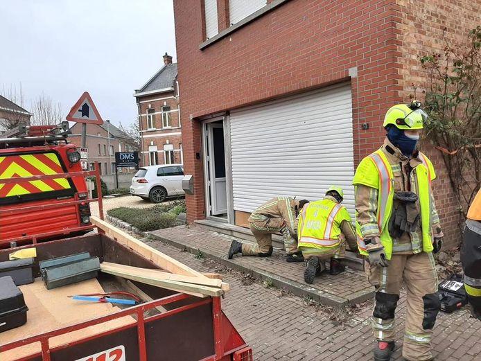 De brandweer moest de woning dichten nadat een wagen tegen de gevel was gebotst.