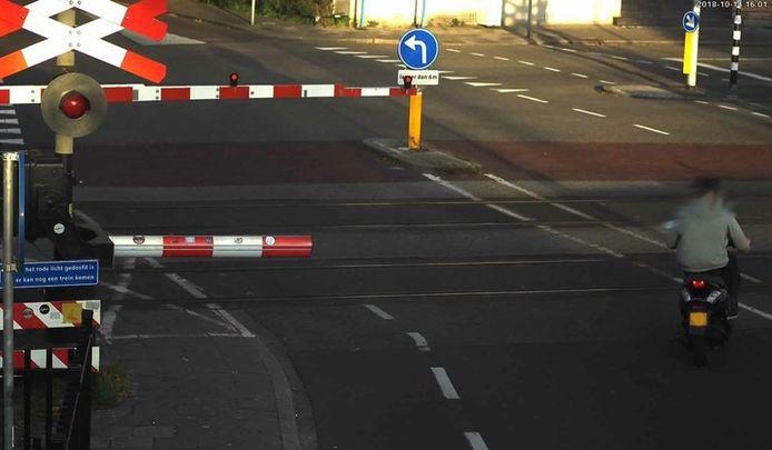 Niet alleen automobilisten zorgen voor levensgevaarlijke situaties bij spoorwegovergangen, ook scooterrijders steken soms over terwijl de hefbomen al zijn gesloten.