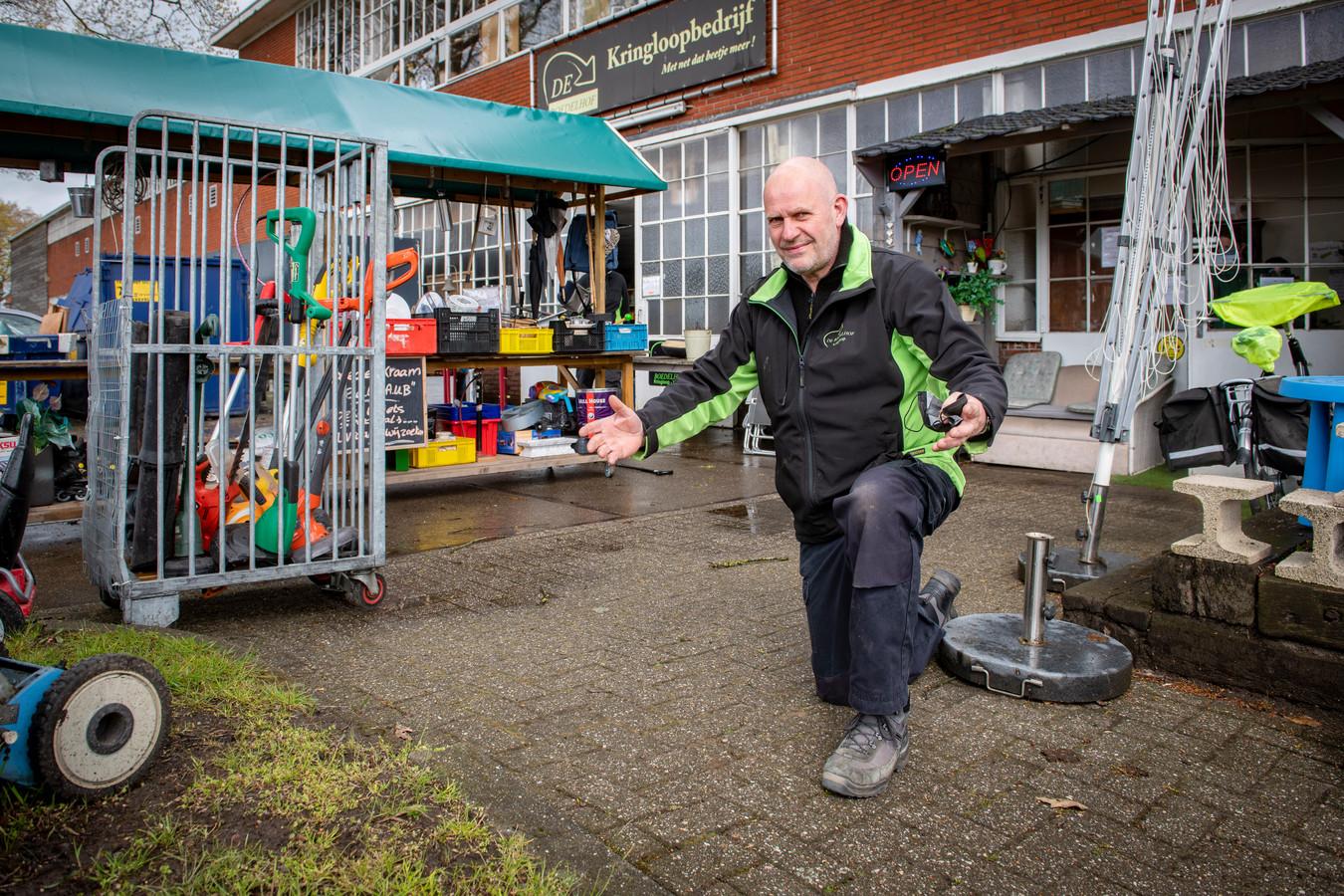 Wim Nijkamp laat zien waar de zandbak voor zijn kringloopwinkel zondag stond. Vanochtend bleek die verdwenen.