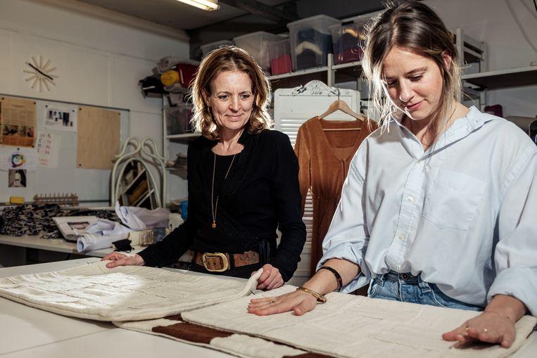 Ella Hustinx met Ytha Kempkes (l) van het atelier Made Here. Kempkes: 'We maken normaliter geen lifestyleproducten, maar hiervoor maken we graag een uitzondering.' Beeld Jakob van Vliet