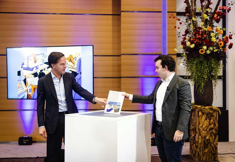 Voorzitter Maurice Knijnenburg van het Jongeren Denktank Coronacrisis biedt demissionair premier Mark Rutte hun advies aan.  Beeld ANP