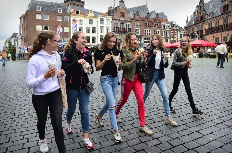 Jongeren aan het snacken in Nijmegen, in juli 2020.  Beeld Marcel van den Bergh / de Volkskrant