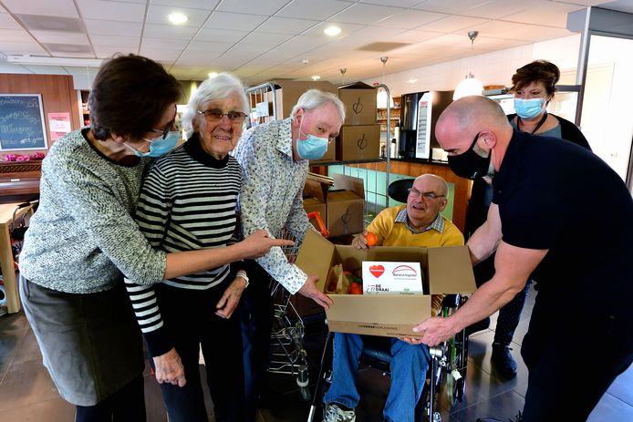Fruitdozen voor bewoners Heerma State in Roosendaal. Henk van Broekhoven en Carlo Dielemans van De Draai geven fruitdoos aan de heer Huijps (in rolstoel) en mevrouw Elst (tweede van links).