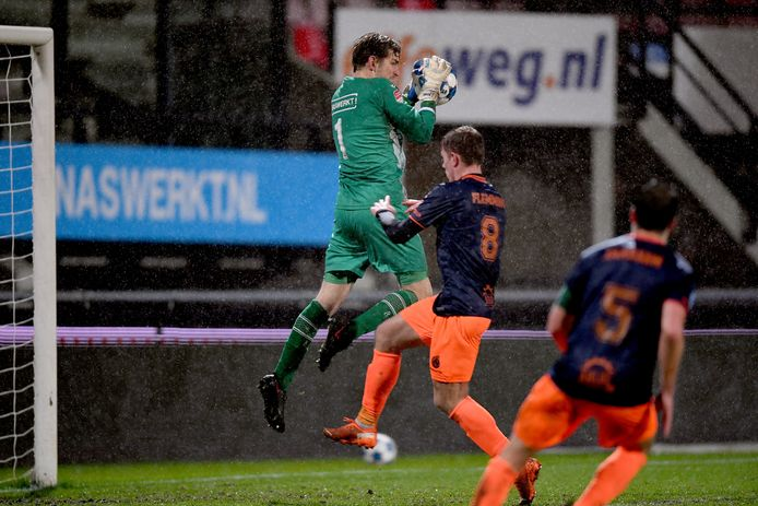 NEC-keeper Mattijs Branderhorst heerst in de lucht in het bekerduel met Fortuna Sittard.