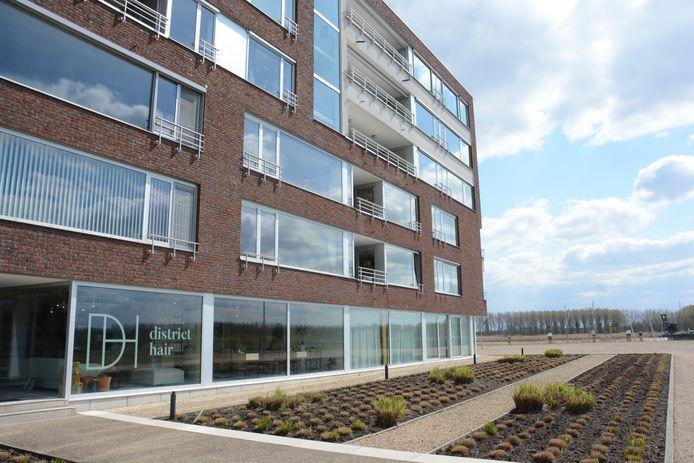 Hair District is ondergebracht op de gelijkgrondse verdieping van één van de twee appartementsblokken op de CNR-site.