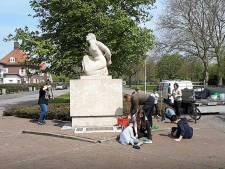 Leerlingen van De Singel in Roosendaal maken bevrijdingsmonument schoon