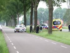 Wielrenner met spoed naar ziekenhuis na botsing tegen boom in Rijssen