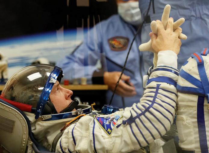 Nick Hague tijdens een controle van zijn ruimtepak, vlak voor de lancering.