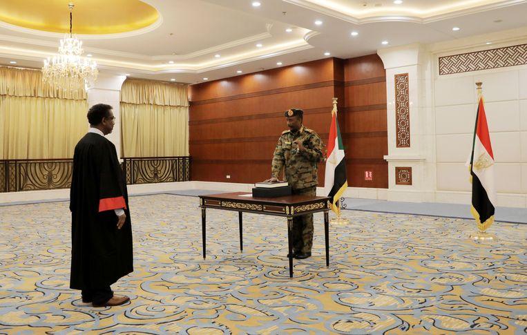 Burhan wordt ingezworen in het presidentiële paleis in Khartoem. Beeld REUTERS