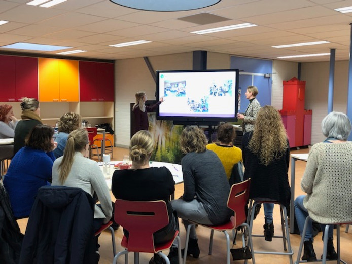 Op basisschool 't Ven geven juffen Vera van den Tillaart (links) en Charlotte de Graaf uitleg aan collega's van andere Skipov-scholen tijdens de 'Skipov on tour-dag'