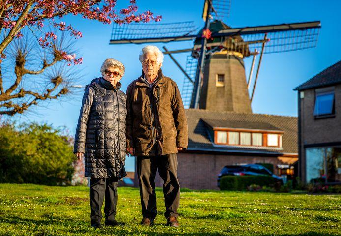 """Dini Sluimers en Bert van der Linden bij molen De Hoop in Maasdam, waar de wereld voor Bert in de Tweede Wereldoorlog ophield. ,,Voorbij de molen kwam ik niet. In 1940 wist ik niet dat Rotterdam brandde."""""""