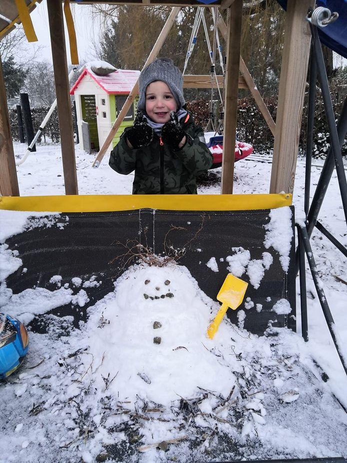 Ook kleine Wout probeerde met de weinig sneeuw toch een sneeuwman te maken.