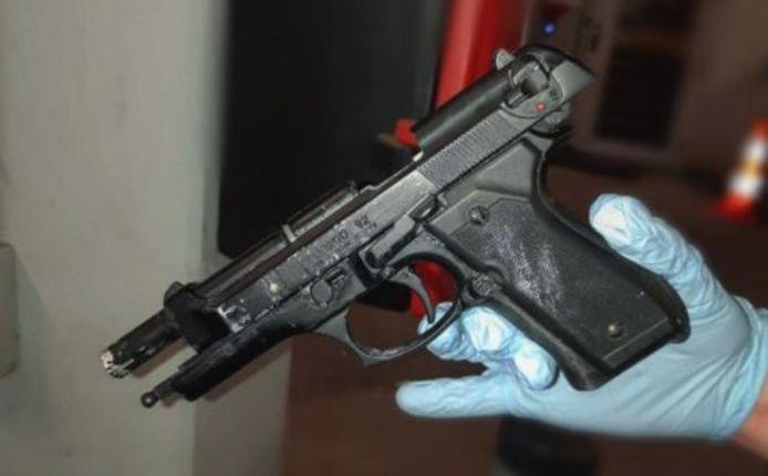Het wapen werd aangetroffen bij een avondklokcontrole in Dordrecht.