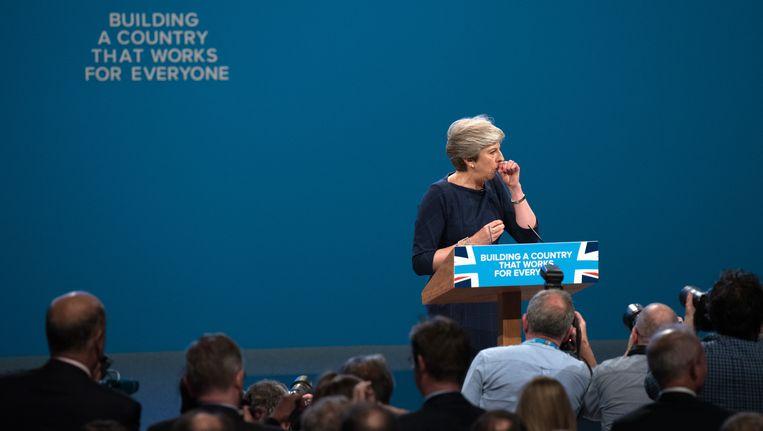 De Britse premier May had het moeilijk tijdens haar speech gisteren in Manchester.