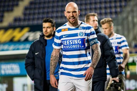 De Graafschap-aanvoerder Bryan Smeets stapt teleurgesteld van het veld.