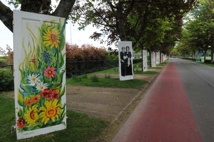 Deuren aan de kant van de weg tijdens de Week van de Amateurkunsten.